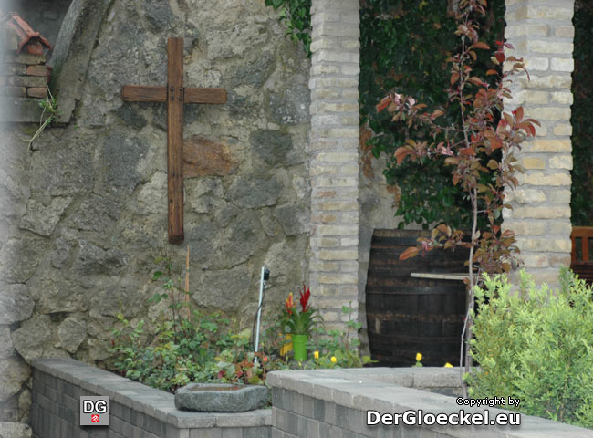 Respektvoller Umgang - der neue Besitzer der alten Kirche in der Marc-Aurel-Gasse hat daß zuvor am Dach angebrachte Kreuz restaurieren lassen und würdevoll plaziert. Nicht einmal das alte Kirchenkreuz hat die Evangelische Kirche in ihre Obhut genommen ...