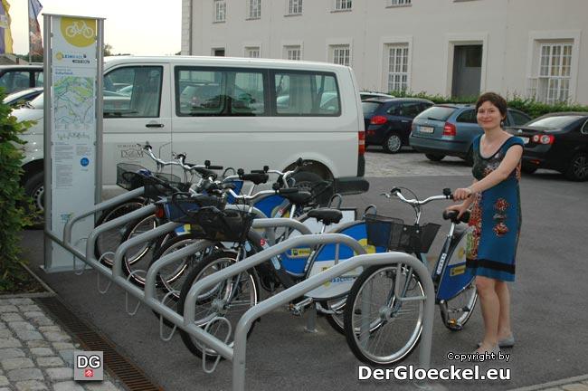 Verleihrad-Station von next bike vor der Kulturfabrik Hainburg mit der Projektverantwortlichen Frau Mag. Maria LACKNER