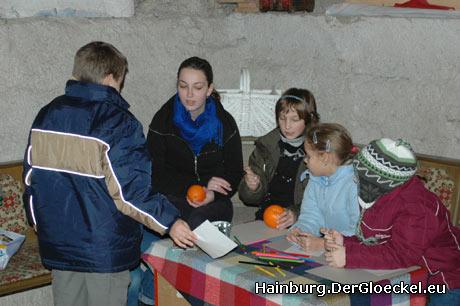 Kathi Ströck beim Basteln und Malen mit Gästen und Jungpfadfindern