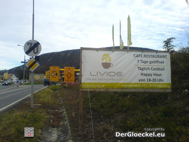 Vor den Warnhinweisen zur Höhenbeschränkung des Wiener Tors nächst dem Kreisverkehr