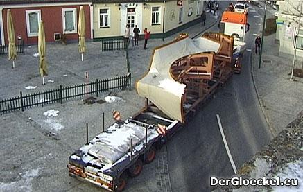 4 Sondertransporter bringen Elemente für das Dach der neuen Evangelischen Kirche nach Hainburg