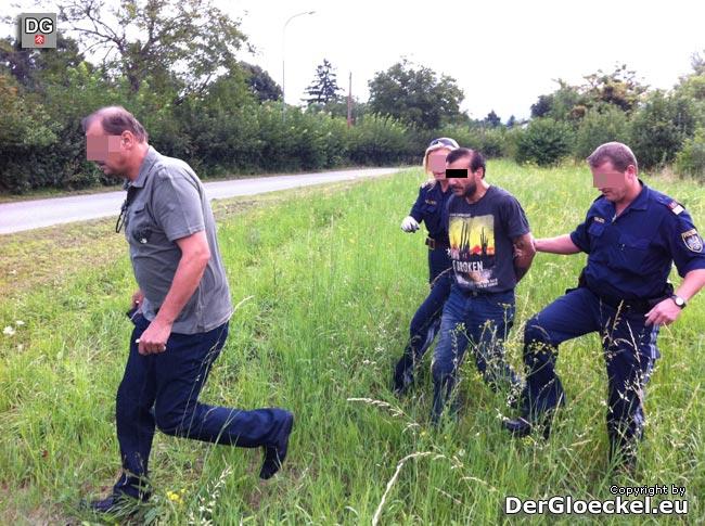 Polizeibeamte führen den mutmaßlichen Kriminellen ab