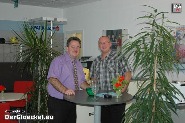 Sparkassen-Kundenbetreuer Thomas Huimann mit Besucher im umgebauten Innenbereich des Institutes