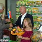 Bürgermeister Georg Hart gratuliert den neuen Kaufleuten Rudolf Paar und Renate Travnicek zur Selbständigkeit im umgebauten Nah & Frisch-Markt