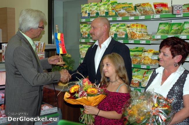 Bürgermeister Georg Hartl gratuliert den neuen Kaufleuten Rudolf Paar und Renate Travnicek zur Selbständigkeit im umgebauten Nah & Frisch-Markt