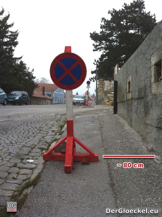 Nur 80cm Gehsteigrestbreite am Schulweg | Foto: DerGloeckel.eu